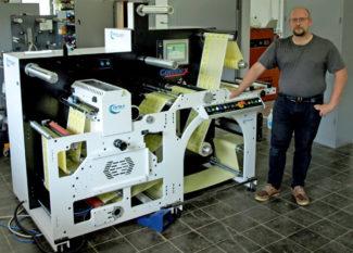Sean Porter im neuen Demo- und Testcenter von PorterPac vor einem BGM-Finishingsystem (Quelle: PorterPac