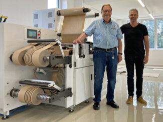 Gerhard Schmid (links) mit Peer Boysen an der Rhyguan WON 520 (Quelle: B&T Tec)