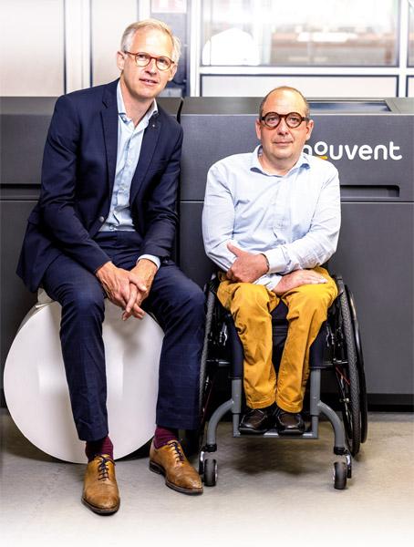 Thibault Duponchel (l.), General Manager und Rémi Wojciekowski, CEO bei Nord Techniques Etiquetage, vor der neuen Mouvent LB702-UV (Quelle: NTE)