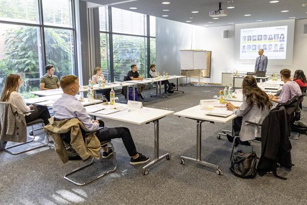 Geschäftsführer Roland Schreiner begrüßt die neuen Auszubildenden an ihrem ersten Tag und motiviert sie für ihren Start ins Berufsleben (Quelle: Schreiner Group)
