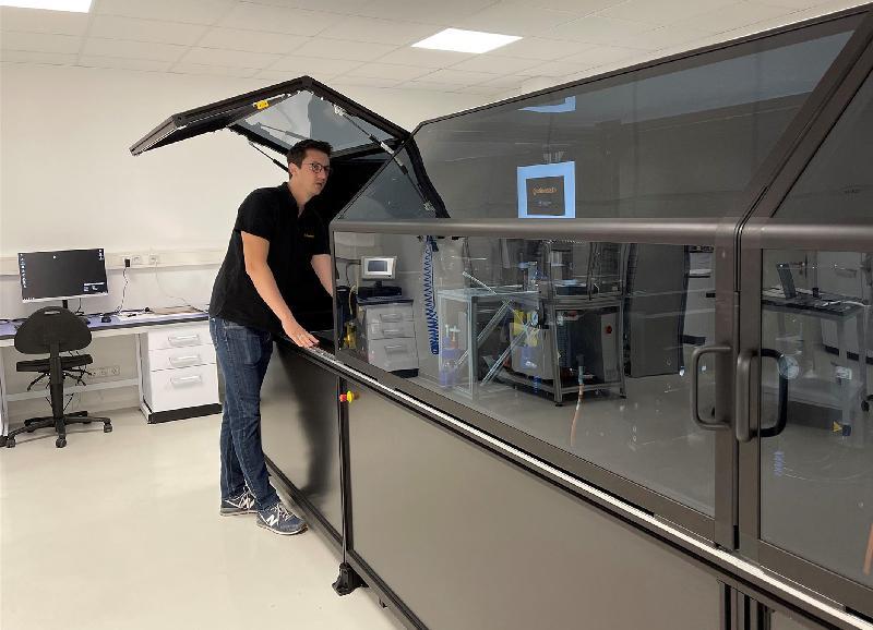 Tim Wolfer bedient eine Druckmaschine im Drucktechnikum Freiburg (Quelle: Continental)