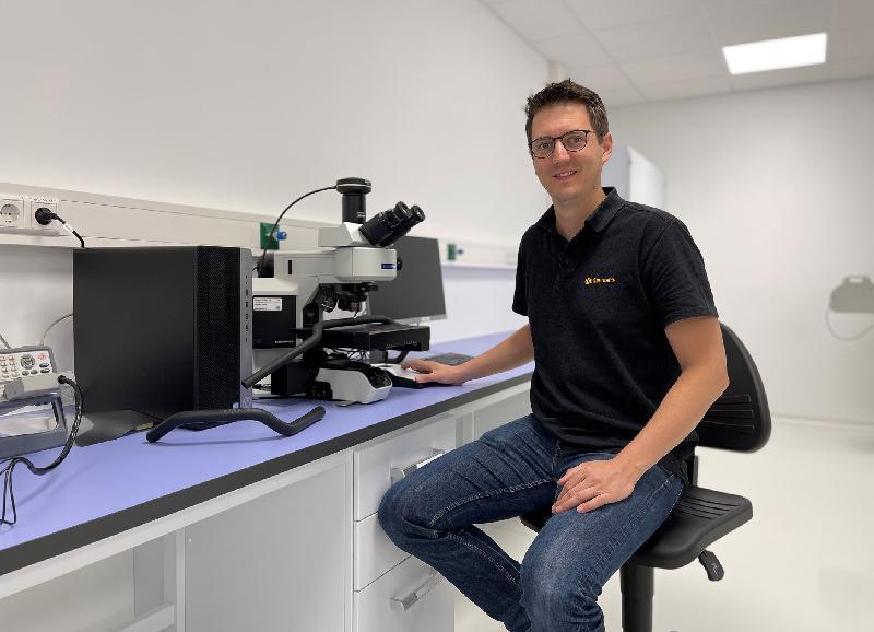 Untersuchung von Schlauchoberflächen am Auflichtmikroskop (Quelle: Continental)