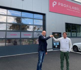 Thorsten Saathoff, Nilpeter GmbH (l.) und Karsten Jung, ProfiLabel GmbH vor dem neuen Firmengebäude in Wiehl (Quelle: Nilpeter)