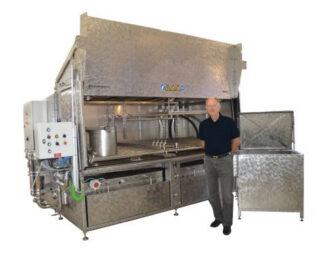 Firmengründer Henning Kongstad vor einer Reinigungsanlage für Druckmaschinenteile und Siebdruckzylinder (Quelle: Flexo Wash)