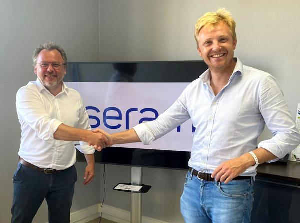 Klaus Sedlmayr (l.), Geschäftsführer der Chromos GmbH und Charles Dernoncourt, CEO von Serame (Quelle: Chromos)