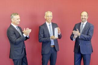 Konrad Meyer (l.), EY-Partner und Niederlassungsleiter in München, sowie Steffen Schwesig (r.), Regionalleiter und Direktor der Liechtensteiner LGT Bank AG, gratulieren Roland Schreiner (m.) zum Finalisten-Award (Quelle: Schreiner Group)